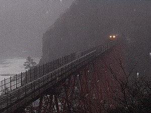 餘部駅から撮影したあまるべトンネルを出てきた列車