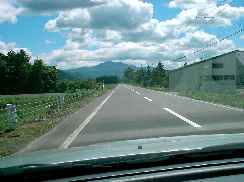 大雪山アンガス牧場方面に向かう車内から約3kmにおよぶ直線道路を撮影