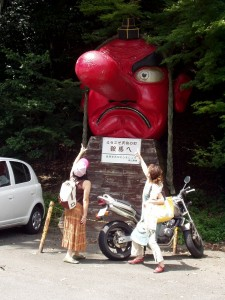 大きな天狗の顔の像