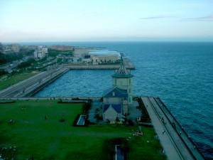 舞子海上プロムナードから公園を見る