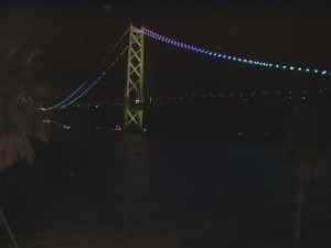セトレ ルームからライトアップの明石海峡大橋を見る